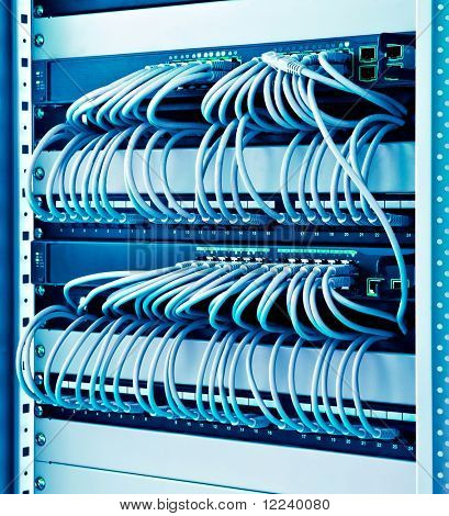 estante de la red con cables conmutadores y parche