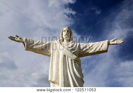 CUZCO, PERU - HAN 7, 2015: Statue of Jesus Christ in Peru under dark clouds