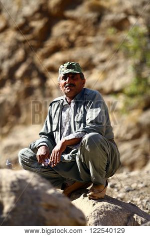 QAND?L,IRAQ-OCTOBER 24, 2007 : Old kurdish man stands at the raodside in the Kandil Mountains
