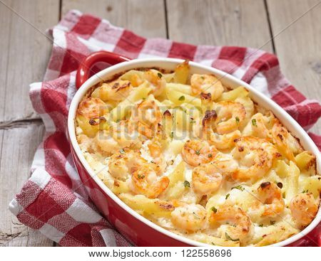 Baked pasta with shrimps and alfredo sauce