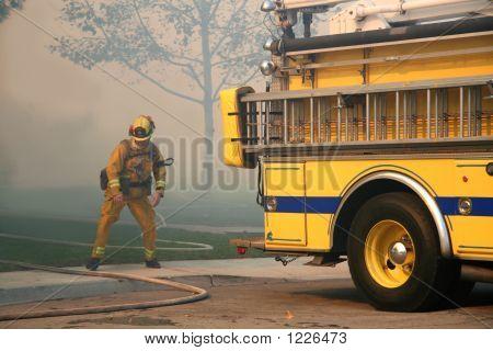 Firefigher agarrando mangueira