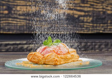 apple tarte on a glass plate on a wooden background