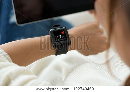 Woman checking heart rythm with application on her phone