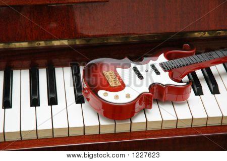 Rock Guitar en las teclas del Piano marfil