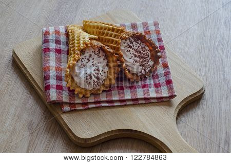 Wrapped in a tubule waffles are very popular in Russia and Belarus. To prepare the tubes used protein cream, chocolate chips and finished wafer sheet or puff pastry.