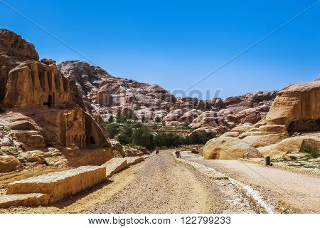 Road to the rock city of Petra in Jordan. Peter the ancient capital of the Nabataean kingdom carved into skalah.Dostoprimechatelnost Jordan. Rich in history, Peter has been included in the UNESCO list