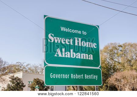 Sign on the state border to welcome travelers to Sweet Home Alabama