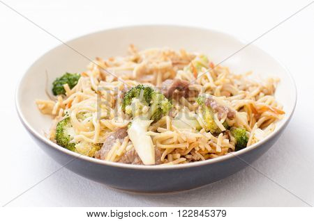 chow mein with beef sliced and vegetables or chow mien