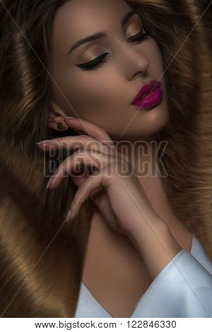 Brown Hair. Beautiful Woman with Healthy Long Hair and shiny pink lips