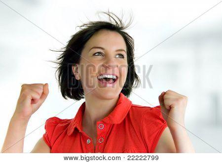 jonge vrouw met rode t-shirt