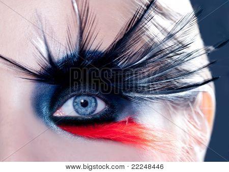 olho azul mulher com pássaro de maquiagem moda inspirado com penas pretas e vermelhas