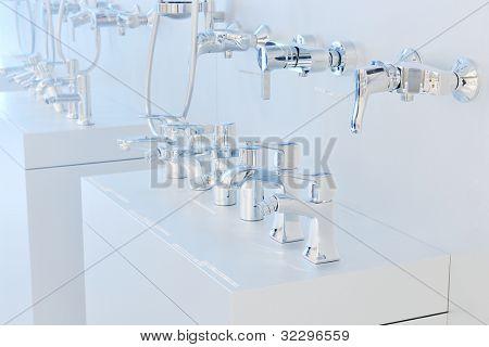 Moderne neue kleine Badezimmer Interieur mit Badewanne.