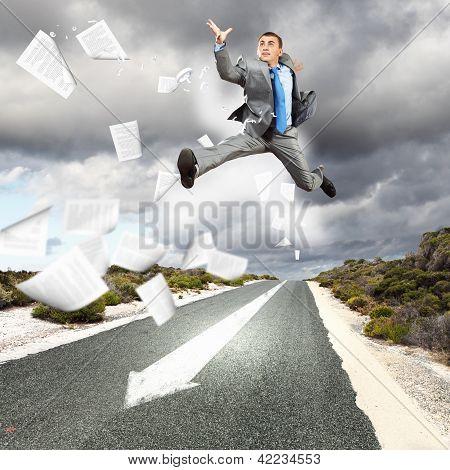 Empresário correndo na estrada