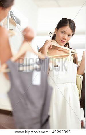 Compras elegir vestidos de mujer