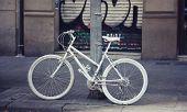 Постер, плакат: Белый окрашены город велосипедов фиксированной передач