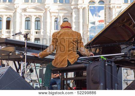 Omar Sosa Playing Piano