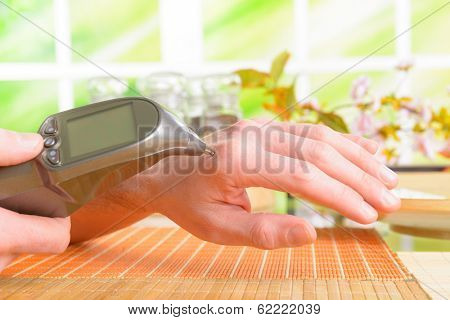 Finding an acupuncture point with electronic device which could be also used to apply electroacupuncture, PENS