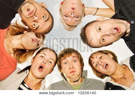 Group of happy Friends machen überraschte Gesichter