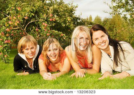 Group of happy Friends Spaß im freien
