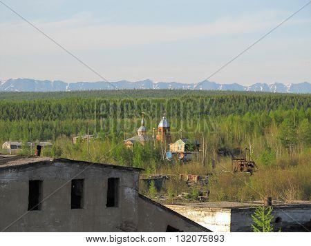 Церковь в глубинке Северной Якутии у подножья гор