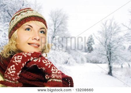 Hermosa mujer joven en ropa de invierno