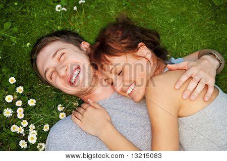 Joven pareja de enamorados al aire libre