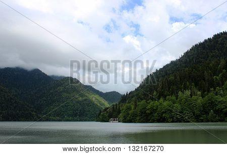Пейзаж  фото  озера  Рица  в Аб
