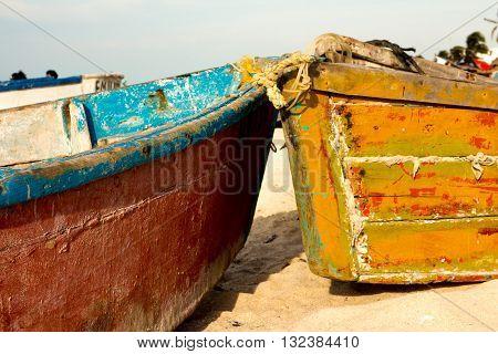 Dos lanchitas llenas de color en la playa