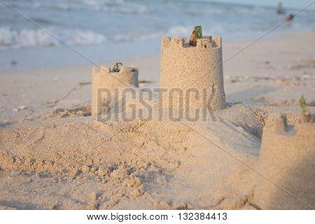 Castillos de arena al lado del mar