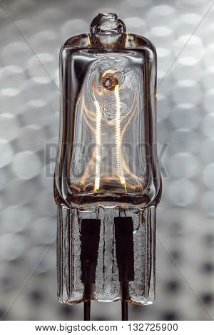 Halogen lamp powered with visible incandescent filaments inside
