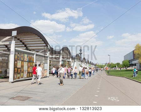 Moscow - May 9 2016: Picture Gallery Park Muzeon and sold a lot of paintings and a lot of people rest May 9 2016 Moscow Russia