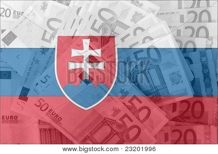 Bandera de Eslovaquia con billetes de Euro transparente en segundo plano