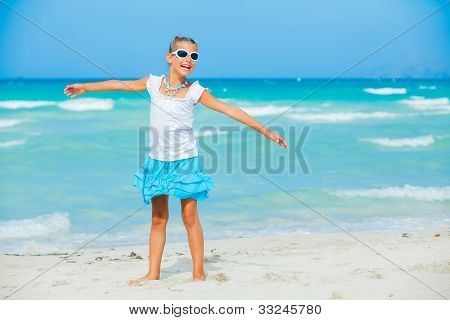 Girl in sunglasses relax ocean background