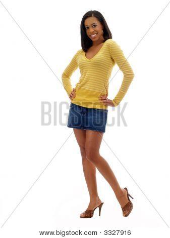 Young Black Woman en falda Jeans y Top amarillo