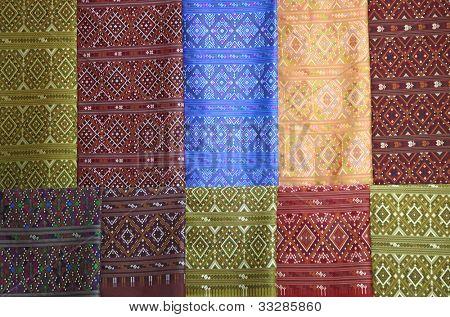 pedaços de pano de seda tecido colorido praewa usando como plano de fundo