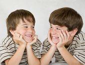 Постер, плакат: Мальчики смеется вместе