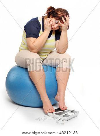 Depressive Frau mit Maßband.