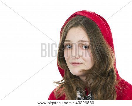 Pre teen jovem em um top com capuz vermelho