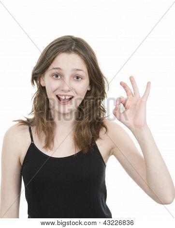 Pré jovem adolescente fazendo um gesto com a mão ok