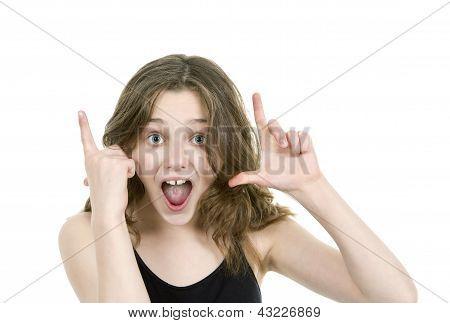 Pre teen jovem olhando para câmera fazendo gestos de mão