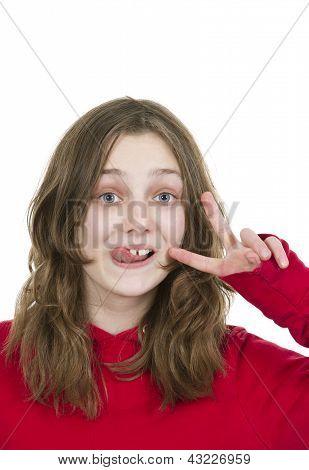 Pre teen jovem saindo a sua língua