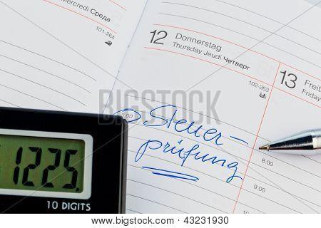 uma data é inserida em um calendário: auditoria fiscal