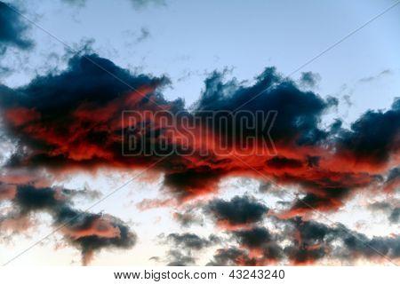 Nubes azules oscuras iluminadas en rojo