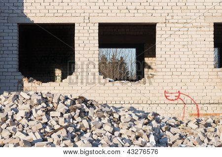 Gebäude unter Knock Down arbeitet mit Cat Grafiti