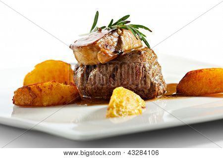 Filé de vitela com Foie Gras. Guarnecido com fatias de batata frita