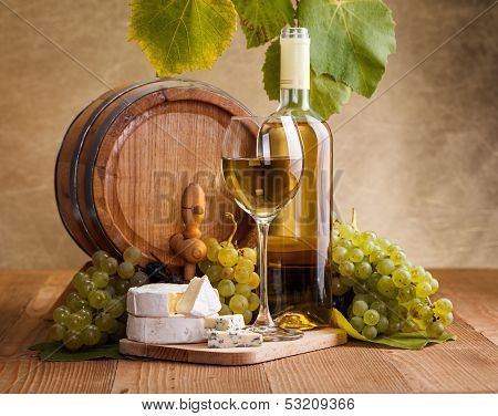 White Wine With Cheese And Blue Grape Snack