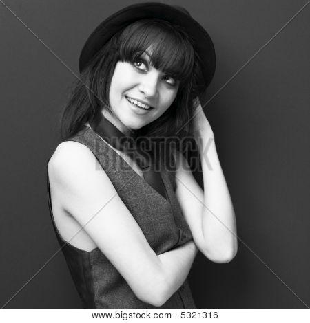 attraktive junge Dame in Hut