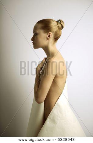 Elegante Mädchen mit Blatt Papier