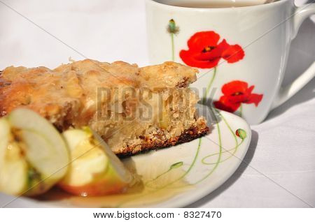 Plate of apple pie with fresh apples