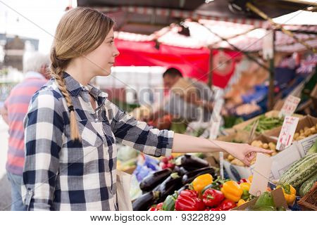 girl at the market